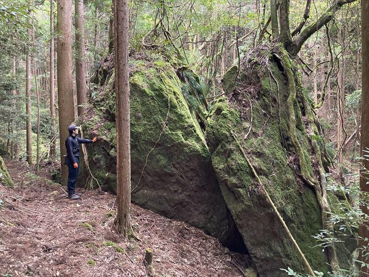 山林内巨大な岩 三重県熊野市